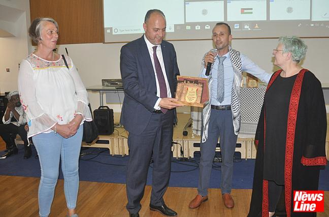 0339 Hatem Hafi, Nablus organiser (with microphone) and Palestinian Ambassador Husam Zomlot presenting an award to National Education Union organisers Louise Regan (left) and Julia Simkins (right) for their help in organising the visit