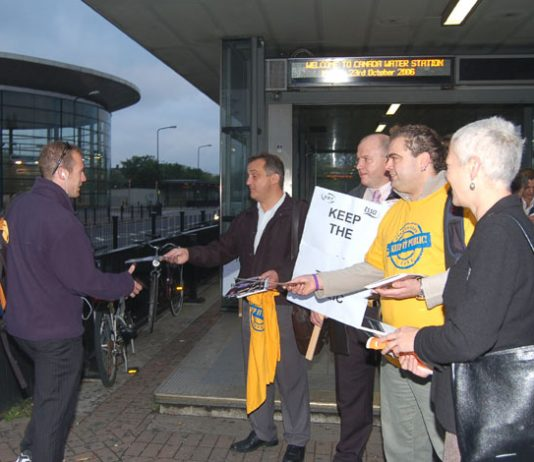 RMT general secretary BOB CROW (holding placard) and TSSA assistant general secretary MANUEL CORTES (wearing T-shirt) handing out leaflets at Canada Wharf