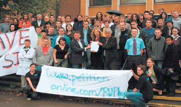 Students and lecturers lobbied the Reading University Council meeting last Monday afternoon against the closure of the Physics Department