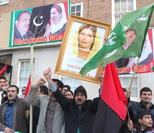 Demonstrators on Sunday waved flags and held high portraits of murdered PPP leader Benazir Bhutto