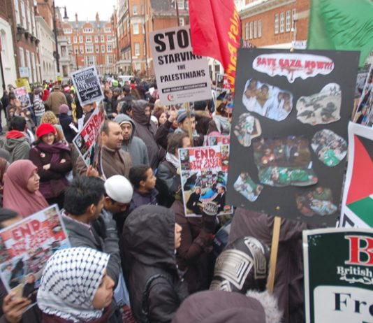 Hundreds of Palestinians and their supporters picketed the Egyptian embassy in London yesterday, condemning President Mubarak for his collaboration with the United States, the UK and Israel