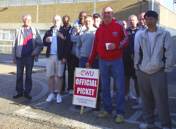 CWU pickets at Peckham Delivery Office early on Saturday morning
