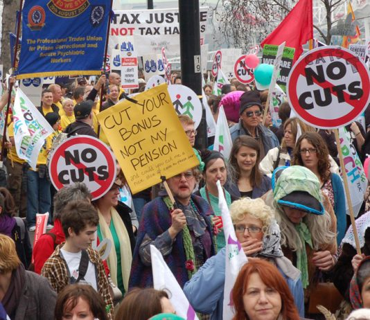 Civil servants and other public sector workers demonstrated on March 26 defending their pensions and condemning the coalition