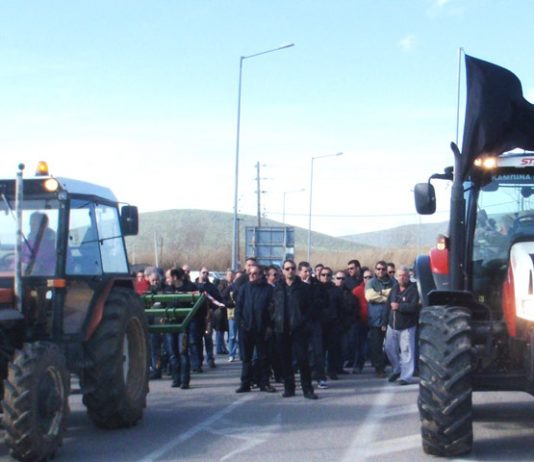 Small farmers with their tractors blockading a national road in central Greece. Photo courtesy left.gr