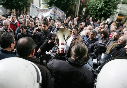 Mass picket by seafarers and dockers at the port of Piraeus last Wednesday