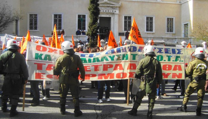 The local government workers' banner at the Greek High Court last Friday