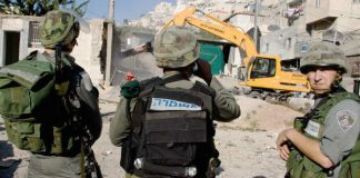 Israeli soldiers ensure the demolition of Palestinian homes in East Jerusalem