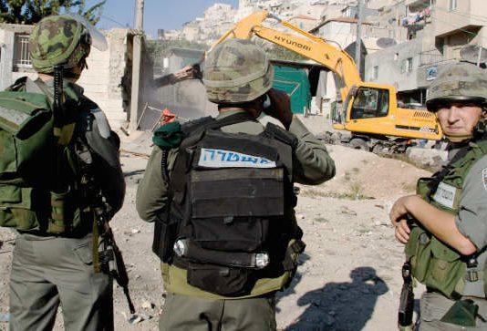 Israeli soldiers ensure the demolition of Palestinian homes in East Jerusalem