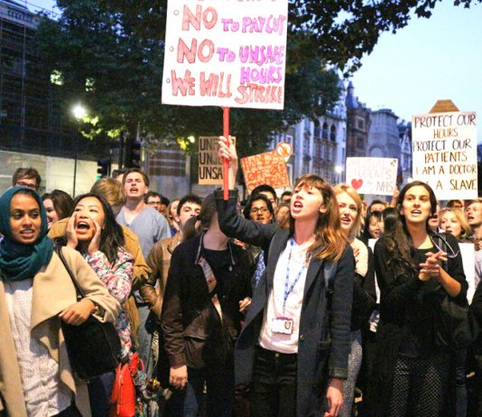 Junior doctors rally on September 28 – prepared to strike against an imposed contract. Photo credit: Steve Eason