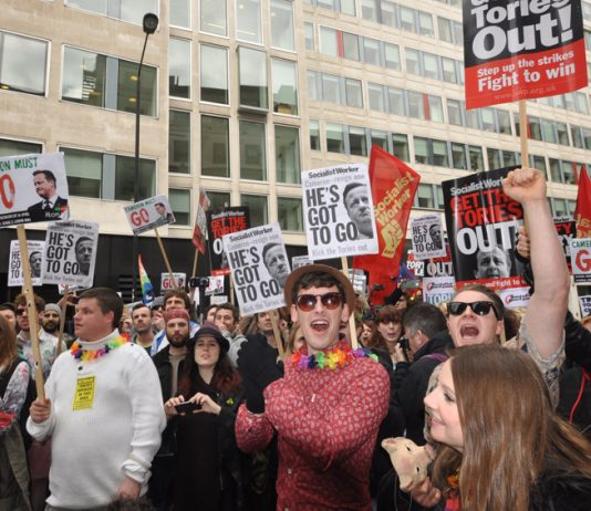 Thousands of protesters dressed in Panama hats & Hawaiian shirts in London on Saturday demanding 'Cameron Must Go!'