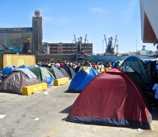Refugees camp in the port of Piraeus – another refugee has died after being seriously injured by a police vehicle
