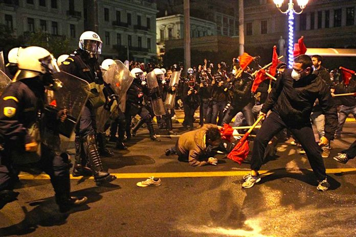 Riot police attack workers and youth in Athens on Tuesday night. Photo credot: MARIOS LOLOS