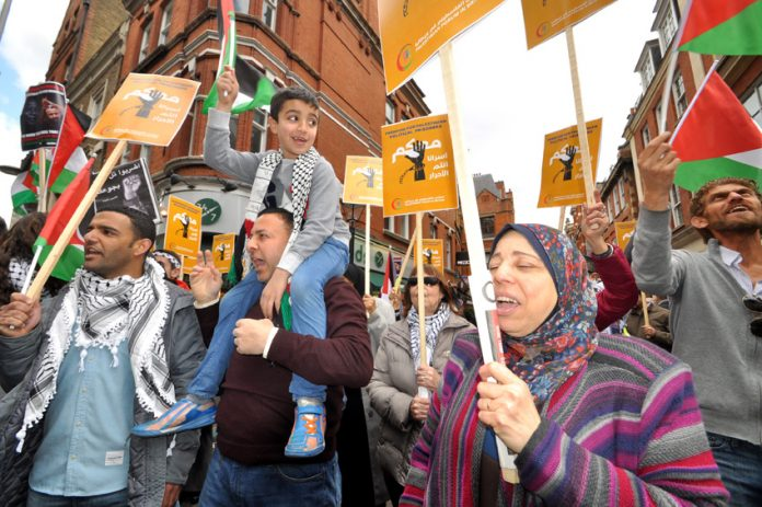 Palestinians supporting their hunger strikers picketed the Israeli embassy on Saturday