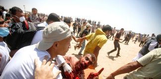 Palestinian shot by an Israeli sniper on the border with Gaza on a demonstration for the right to return