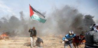 Youth clash with deadly Israeli forces on the border with Gaza – they face being gassed, shot and killed