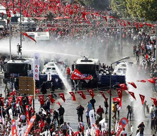 Turkish trade unionists under attack from police water cannons