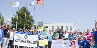 MM Süperpak strikers on the picket line at the company's Izmir site